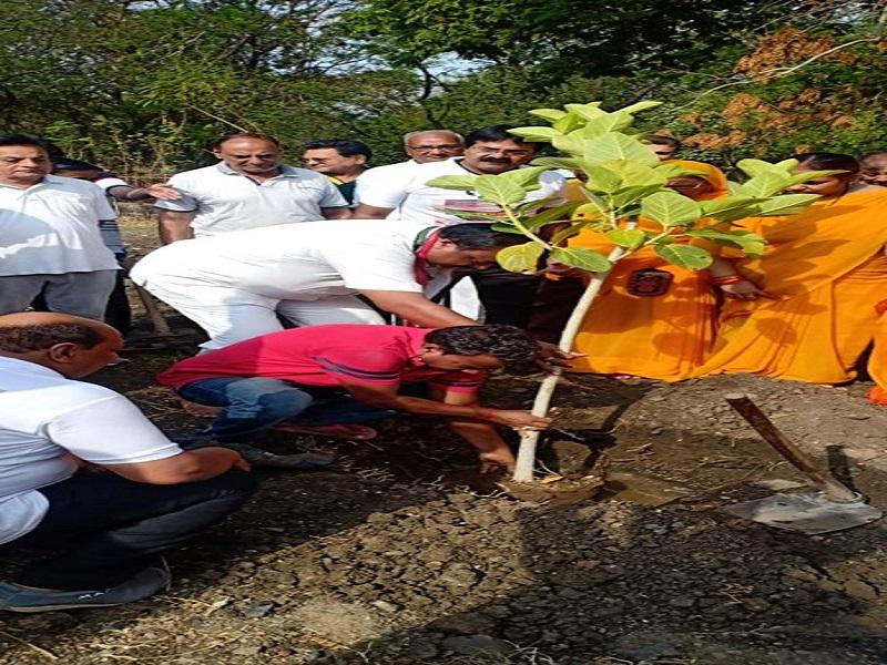 पर्यावरण दिनाचे औचित्य साधत हिंगणघाट येथील नारायण सेवा परिवार तर्फे राबवण्यात येणाऱ्या वृक्षारोपणाच्या कार्यक्रमाचे उद्घाटन केले.